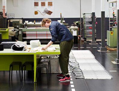 Borre Akkersdijk in het TextielLab. Foto: Rene van der Huls