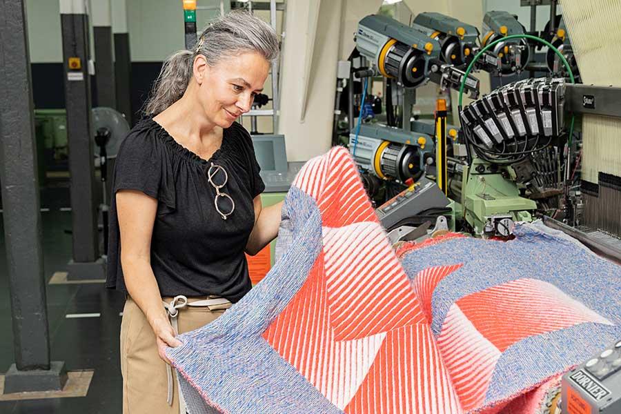 Sigrid Calon aan de machine in het TextielLab, foto: Josefina Eikenaar