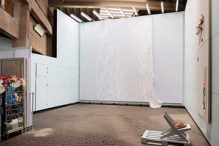 Geweven confectie schilderij in tentoonstelling 'C van Confectie', foto Michiel De Cleene